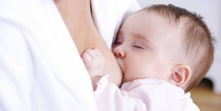 Что делать при появлении у кормящей мамы уплотнений в груди: причины, симптомы и последствия лактостаза