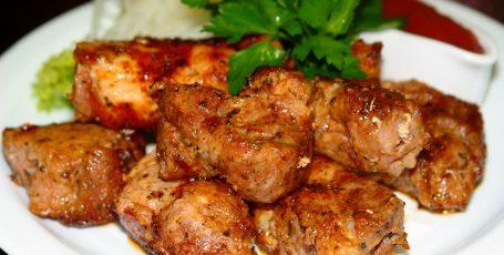 Свинина в рационе кормящей мамы: опасный элемент?