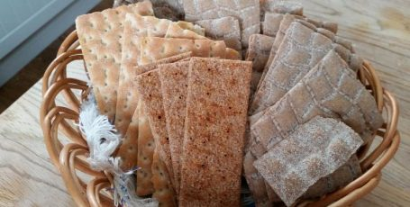 Хлебцы для кормящей мамы: польза или вред