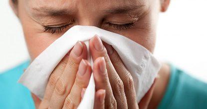Лечение насморка во время грудного вскармливания: эффективные препараты и народные средства