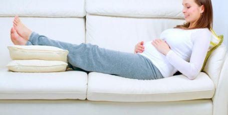 Как эффективно бороться с отёками ног во время беременности